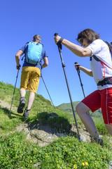 Wanderer beim Aufstieg im Gebirge