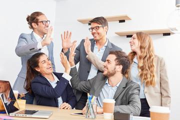 Kreatives Start-Up Team feiert den Teamgeist