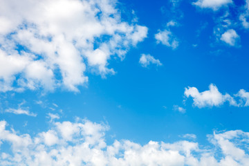 Высокое синие небо с белыми редкими облаками