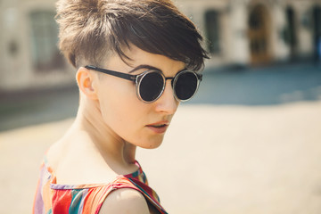 Woman with sunglasses in city.