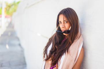 Hübsche Mexikanerin schaut in die Kamera