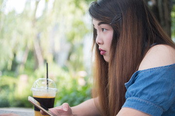 Close-up beautiful woman hold smartphone in coffee cafe