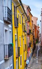 Calle con casas de colores