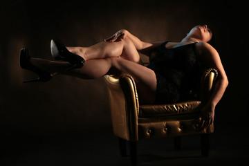 Frau liegt im Sessel