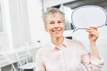 Business Frau als Senior mit Sprechblase