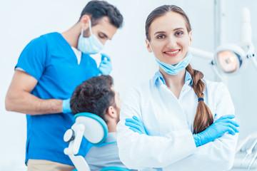 Zahnärztin in ihrer Praxis