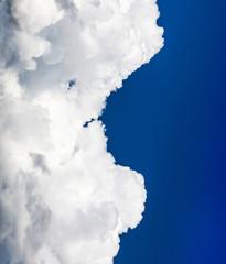 Nuvem com formato de rosto humano.