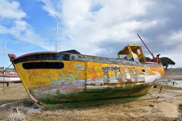 Canvas Prints Ship Epaves de bateaux échouées sur le sable en Bretagne