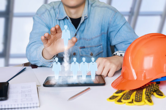 Foreman Builder selects the employees.