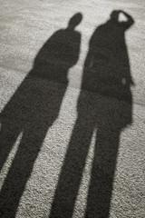 Schatten von zwei Menschen bei Sonnenuntergang
