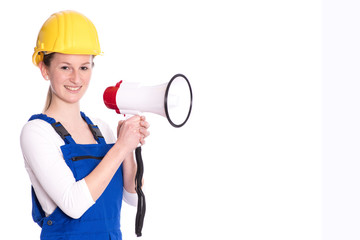 Frau in Arbeitskleidung mit Megaphon