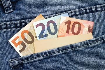 Banknoten mit Visitenkarten in einer Hosentasche