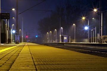 peron na dworcu kolejowym nocą