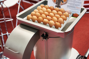 Machine for breaking eggs