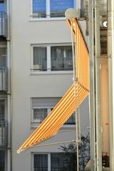 Metall-Balkon mit Tuch-Markise an Senioren-Residenz