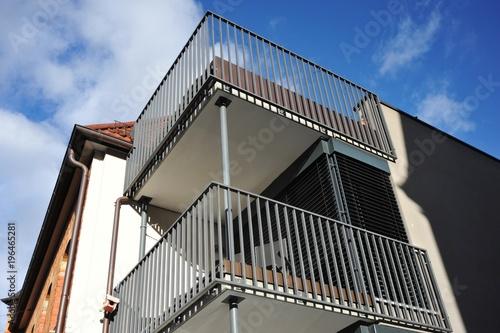 Moderner Balkon mit Metall-Geländer an Neubau-Hausfront\