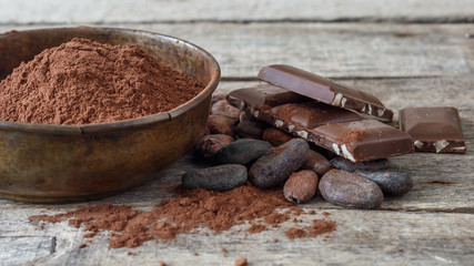 Ahşap üzerinde kakao ve çikolata