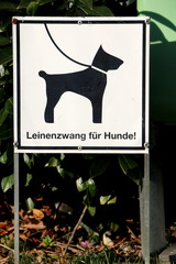 """Lead dogs on a leash, Schild: """"Hunde an der Leine führen!"""""""