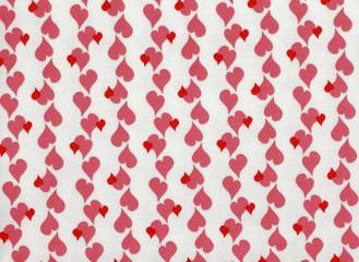 Coeurs roses et rouges sur fond blanc.