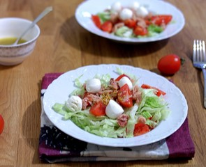 Fresh salad with tuna and mozzarella