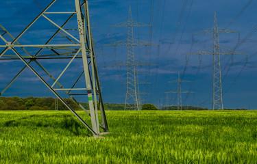Stromleitung über Feldern