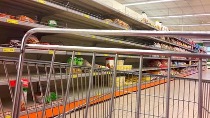 Fare la spesa al supermercato - crisi economica