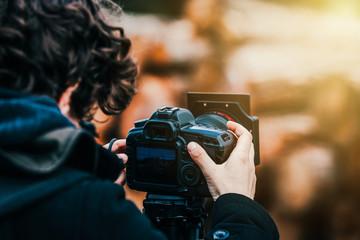 Fotograf macht in der Natur Fotos mit Stativ