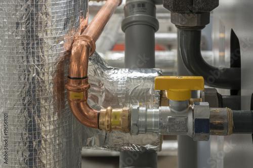 Sehr Kupferrohr und verschiedene Rohre einer Heizungsanlage