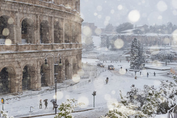 Il Colosseo sotto una forte nevicata, Roma