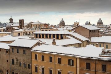 Tetti del centro di Roma coperti di neve