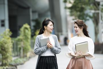 オフィス街を歩く女性たち