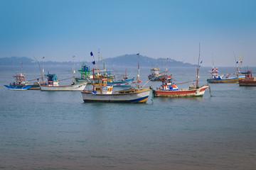 Fischerboote an der Küste von Sri Lanka