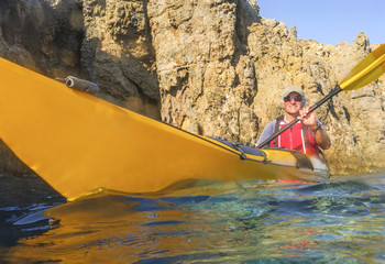 mit dem Seekajak entlang der Steilküste Panareas paddeln