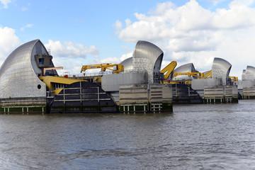 Thames Barrier in Normalstellung, Flutschutzwehr, geöffnet, Themse, London, Region London, England, Großbritanien
