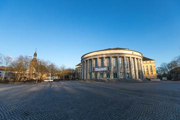 Theater in Saarbrücken in der untergehenden Sonne
