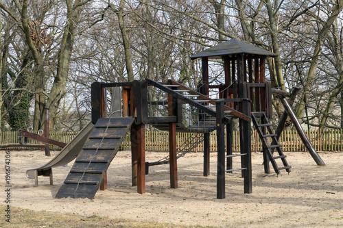 Klettergerüst Spielplatz : Spielplatz für kinder mit rutsche und klettergerüst