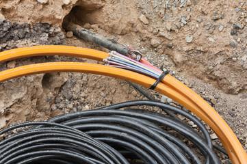 Glasfaserkabel in einer Baugrube - Bauarbeiten für schnelles Internet