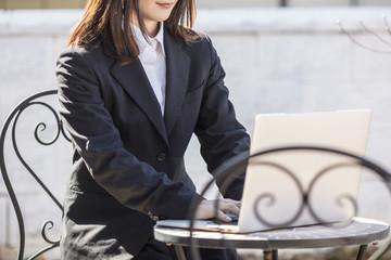 パソコンを打つ女性