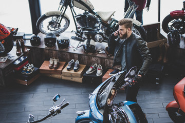 Man in motorcycle shop Fototapete