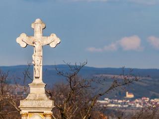 Bildstock mit Jesus dahinter Kirche von Donnerskirchen
