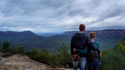 Paar in den Blue Mountains in Australien