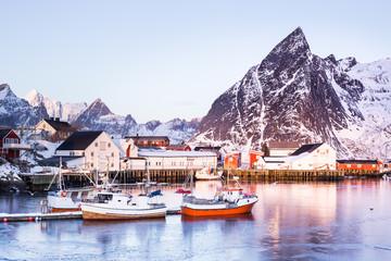 Kleine Fischerhütten auf den Lofoten (Norwegen) im Winter