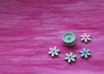 Dekoration Lebensfreude mit Kerze / Teelicht und Blumen aus Holz auf pinken Hintergrund