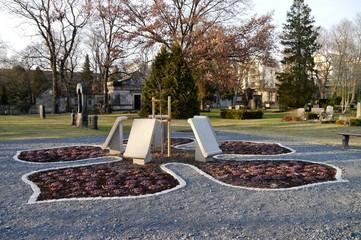 Gedenktafeln auf Petrifriedhof in Friedrichshain