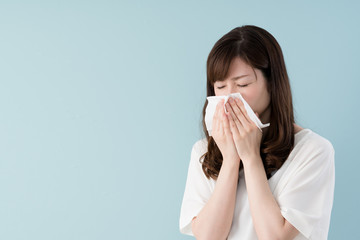 花粉症の女性、ティッシュ、鼻水、くしゃみ
