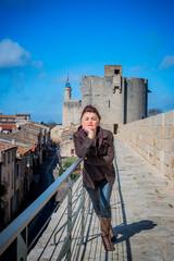 Femme sur les remparts de Aigues Mortes