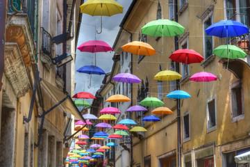 Ombrelli colorati volano nel cielo