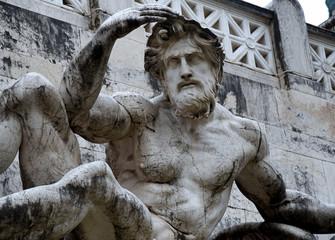 Skulptur an der Fassade der Vittorio Emanuele