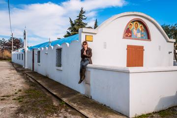 Femme devant l'église Orthodoxe à Salin du Giraud