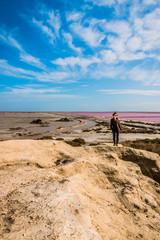 Femme et Salins du Giraud depuis le point de vue du sel en Camargue